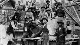 Građevinski radnici na podizanju spomenika Kosovskim junacima sa vajarom Đorđem jovanovićem (u fraku) 1904